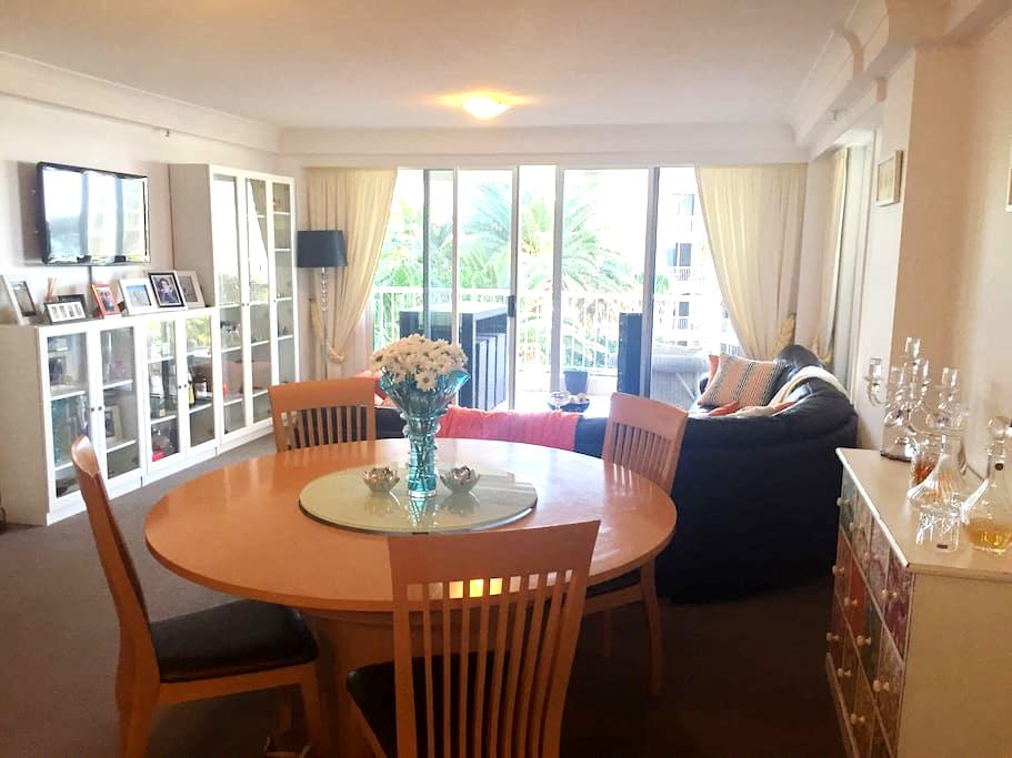 Beach views from your bedroom - Surfers Paradise - Apartment