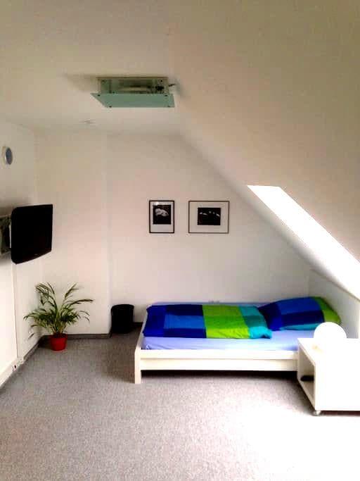 Großes Zimmer-seperates Bad, WC auf eigener Etage - Bayreuth - House