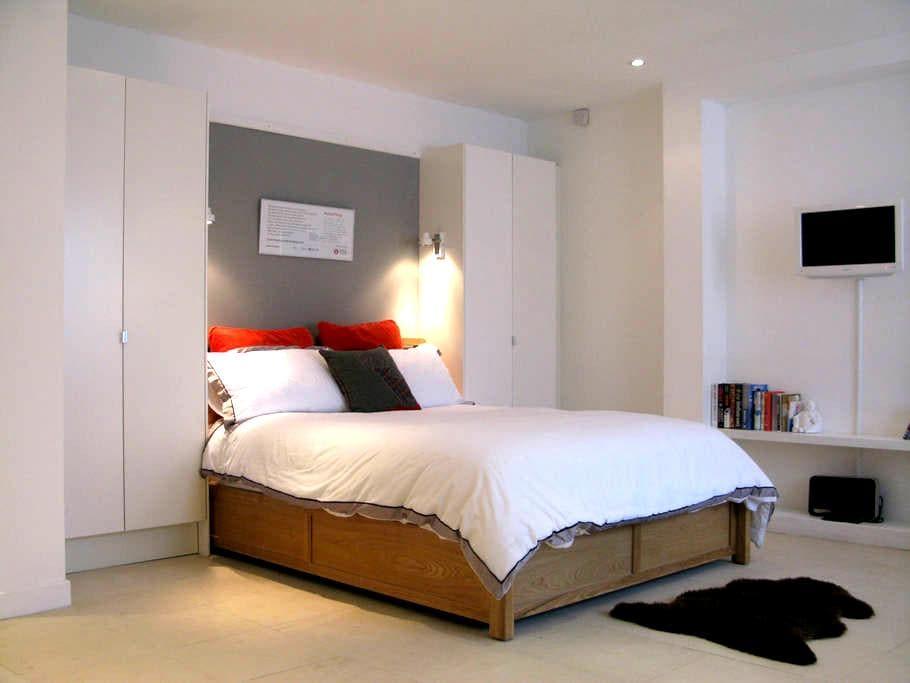 *New Listing* modern Studio sized suite - Lontoo - Huoneisto