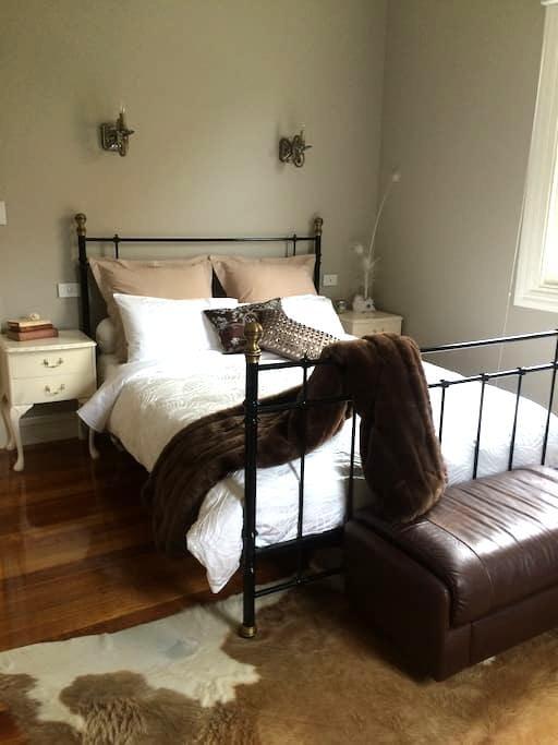 Corinthian Queen Suite, The Ark Stanley - Stanley - Bed & Breakfast