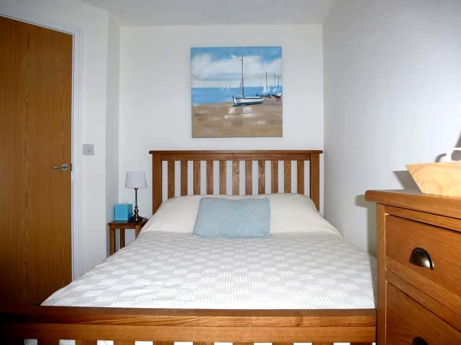 Cabin Room Treetops, Duporth Private Beach - Cornwall - Bed & Breakfast