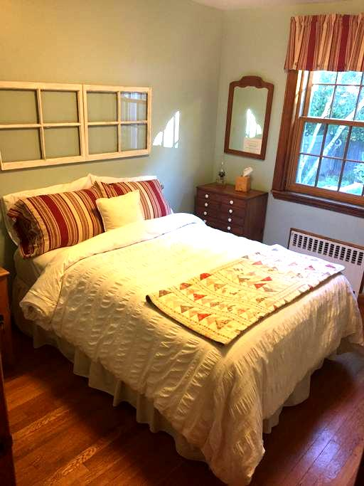 Private bed & bath, full breakfast - Swampscott - House