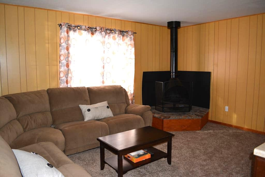 Cozy Clean Cabin Close to Resorts - Big Bear - Hus