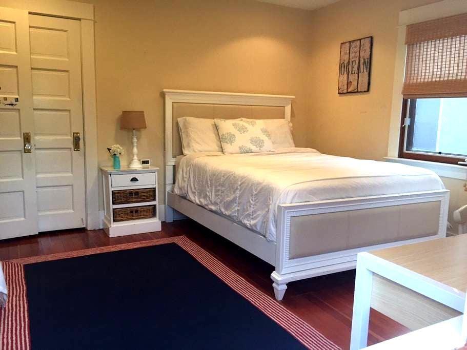 Relaxing Private Queen Bedroom/Bath- Culver City - Culver City - Hus