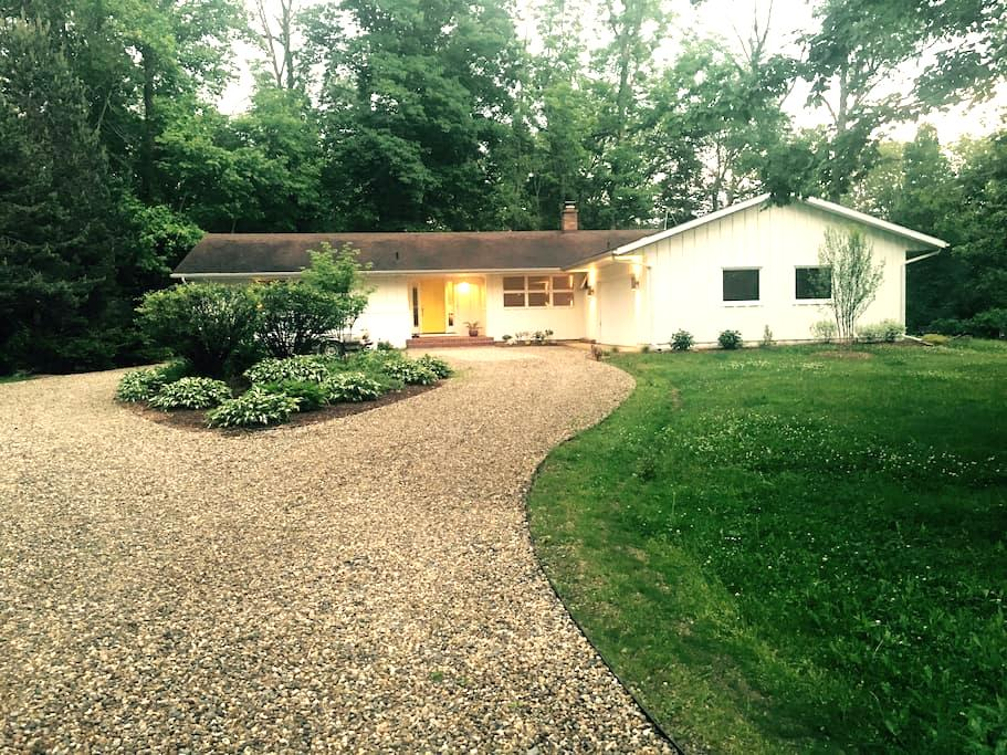 Mid Century Modern Family Home in Harbor Country - Three Oaks - Дом