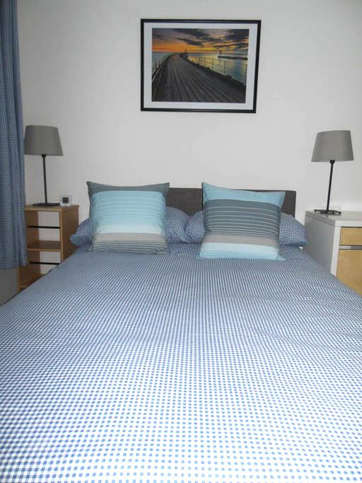 Bright, Airy Small Double Room- 24 hour check-in - Witney
