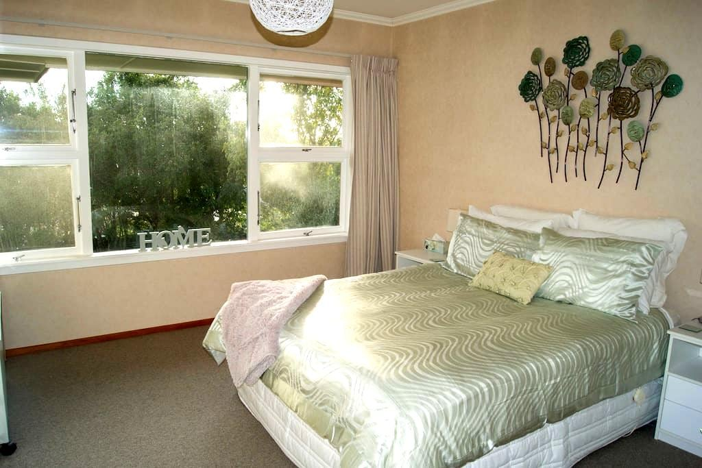 Lovely, private, sunny and spacious. - Timaru - House