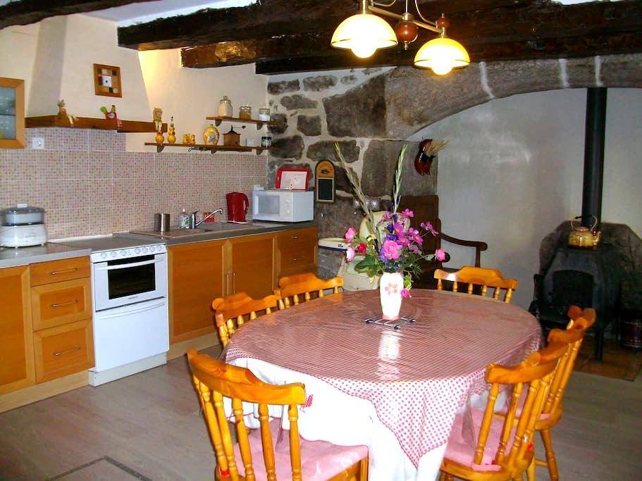 Maison traditionnelle dans hameau. - Saint-Symphorien-de-Thénières - Hus