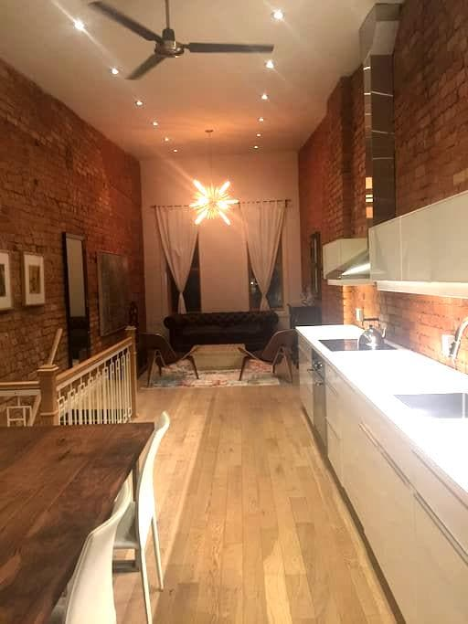 Hip Exposed Brick Downtown Loft - Hamilton - Lejlighed
