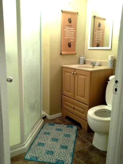1 private bedroom / free parking. - Welland - Maison