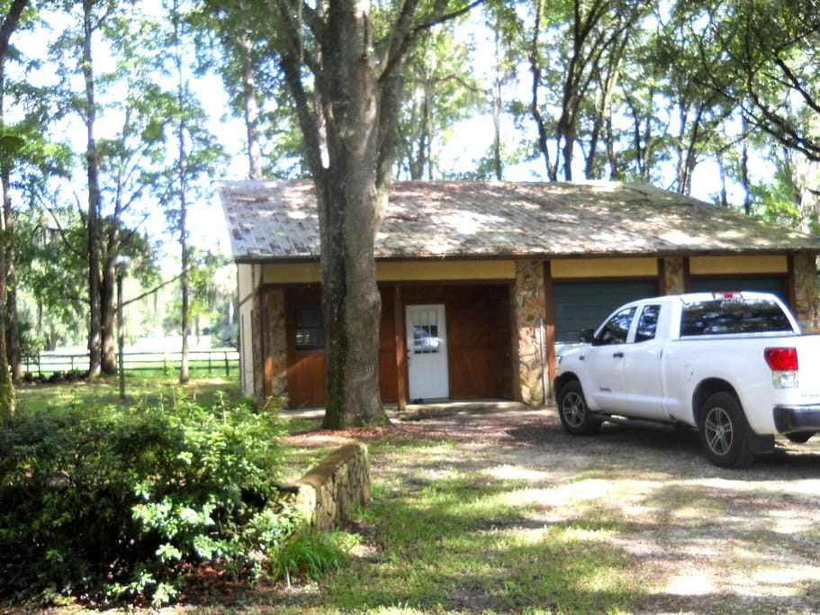 2 Deer Lodge - Micanopy