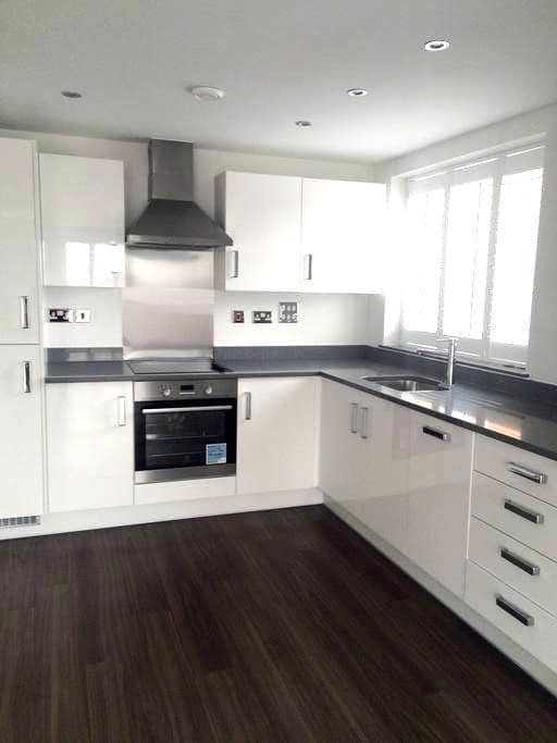 Modern & Luxurious Apartment near station, shops - Surbiton - Apartment