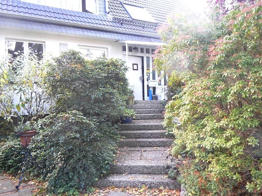 Large double bedroom with private bathroom - Hamburg - Huis