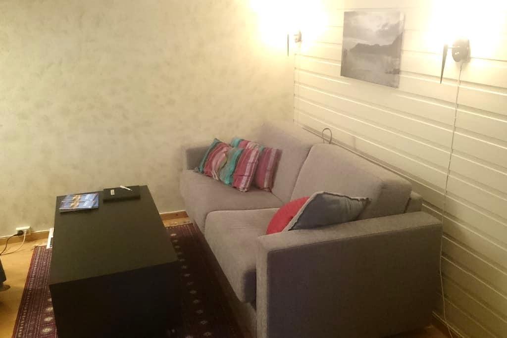 Cozy private basement apartment/sous sol - Bodø - 公寓