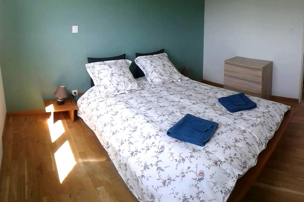 Chambre verte dans maison bois éco - Theix - Bed & Breakfast