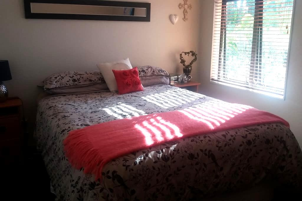 Queen bed, own bathroom, great view - Hamilton - House