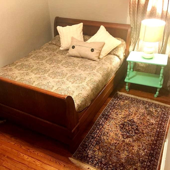 Sleigh bed and desk near SIUC law - Carbondale - Dom