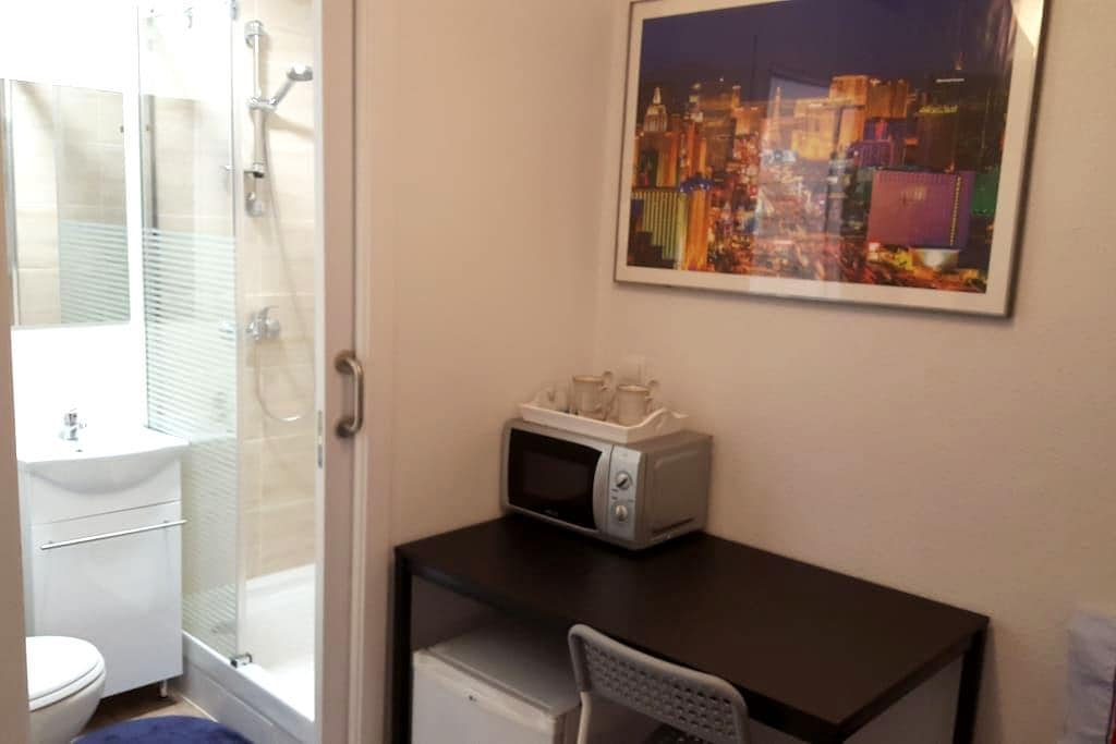 Small room with bathroom. - Madrid - Lejlighed