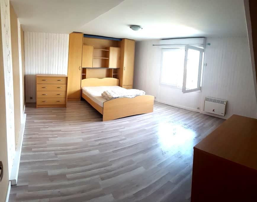 chambre privée n°1 dans maison spacieuse - Luché-Pringé - Hus