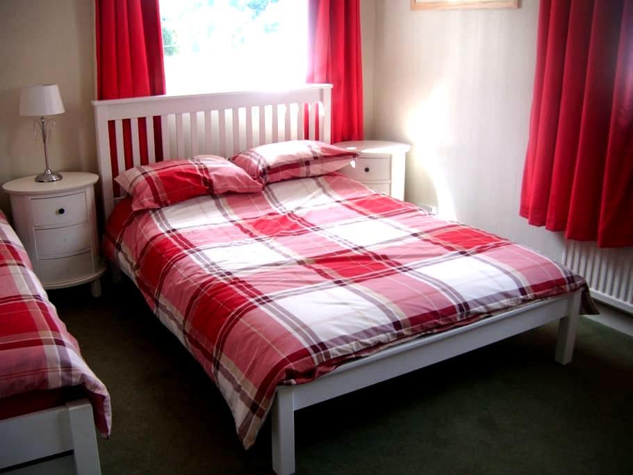 Lovely quiet room and own bathroom in family home. - Lower Chapel