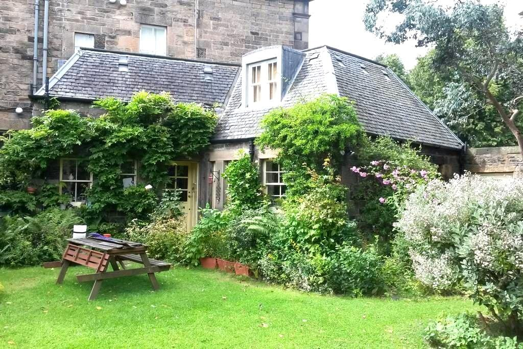 Room in secluded garden property central Edinburgh - Edimburgo - Casa