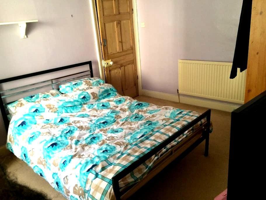 Room in city centre family home - Newport - Talo