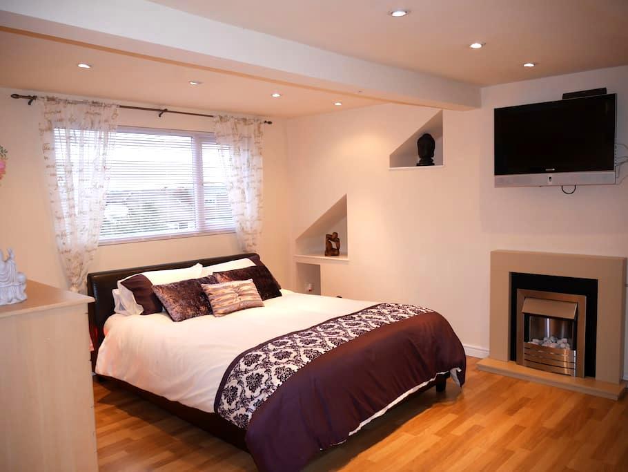 Cosy Loft Hideaway Bedroom with Private En-Suite - Waterloo - Huis
