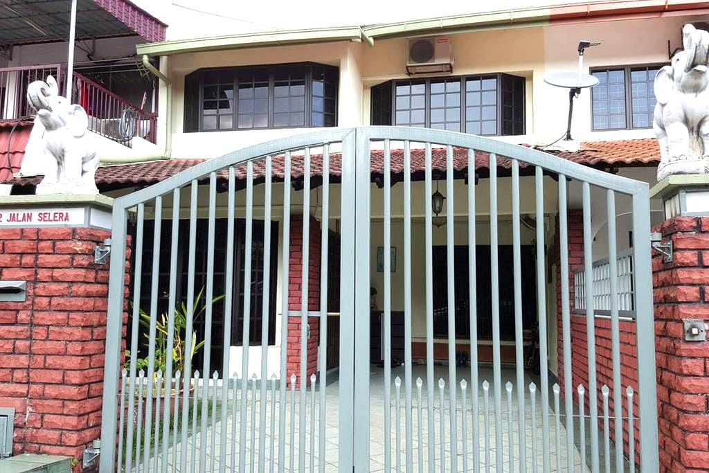 Home with warm hospitality - Kuala Lumpur - House
