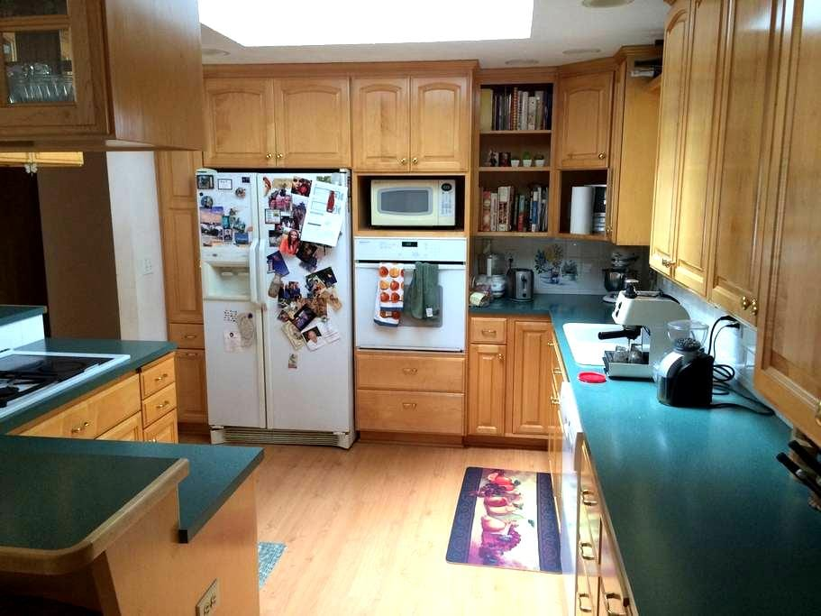 Quiet home on cul-de-sac, 1800 sq ft & fireplace - Tacoma