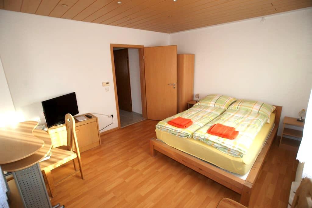 schönes Privatzimmer in Reutlingen - Reutlingen - House