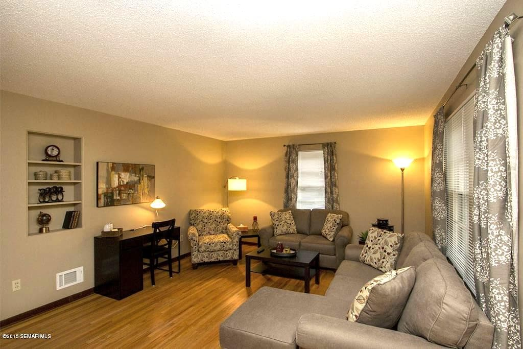 Remodeled 2br Apt Near Downtown, Spacious, Laundry - Rochester - Leilighet