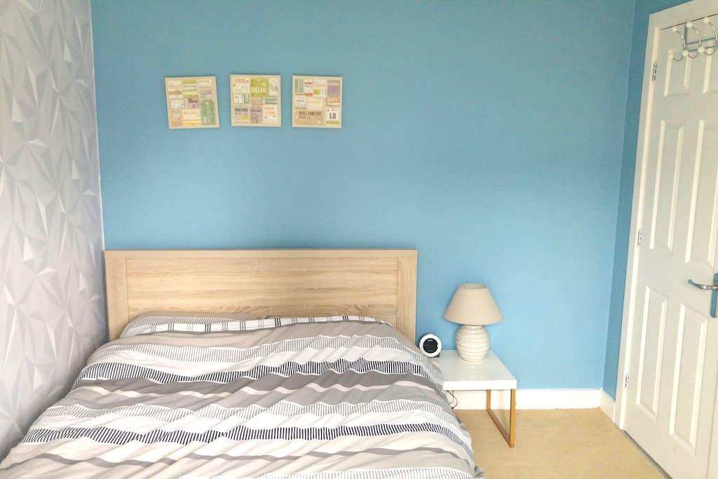 Private double room and bathroom. - Swindon - Talo