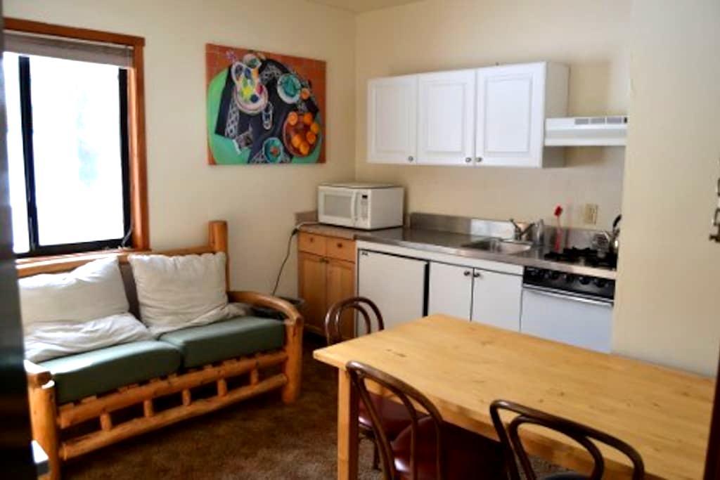 Chalet Kitchenette -LINENS PROVIDED-Tamarack Lodge - Bear Valley - Hostel