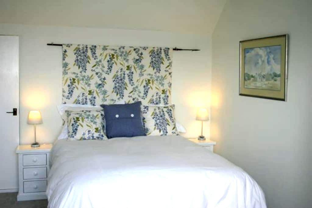 Pretty double room on the West Somerset coast - Watchet - House