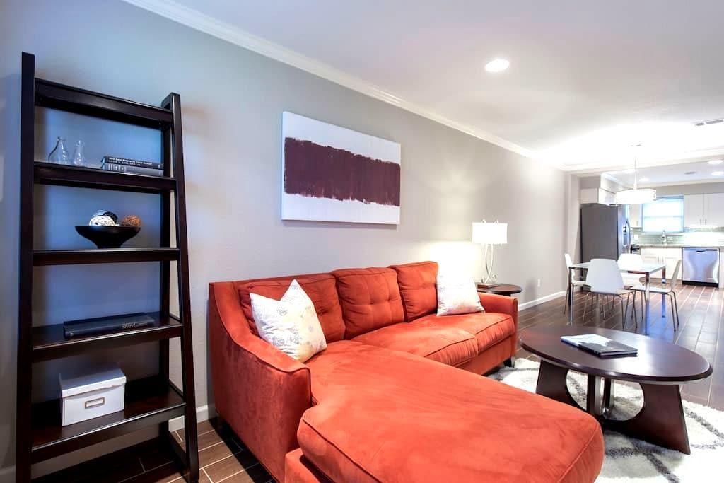 LOVELY 2 BEDROOM TOWNHOUSE - 휴스턴(Houston)