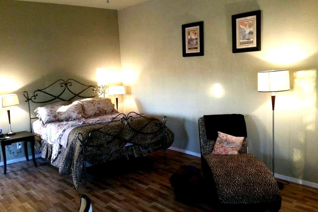 Cozy Cottage - San Antonio - Loteng Studio