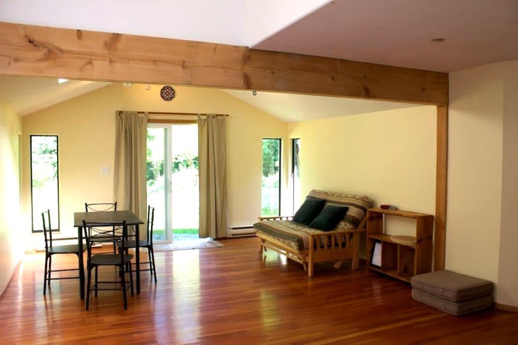 Moonhill Guesthouse - Mansons Landing - Blockhütte