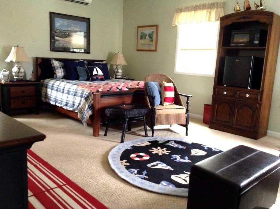 Large nautical master suite - Traverse City - House