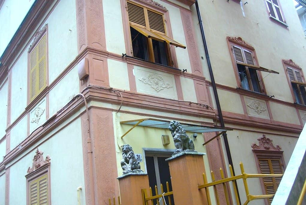 Stanza luminosa con due finestre - Genua - Appartement