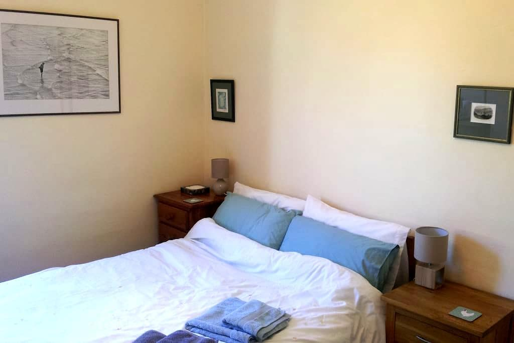 Simple double room; great location - Bath - Huis