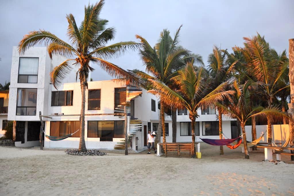 Frente al mar, playa de fina arena blanca.H.dobles - Puerto Villamil