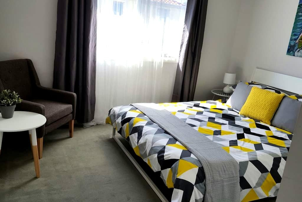 Bright room at the beach - wifi & breakfast - Aspendale - Adosado