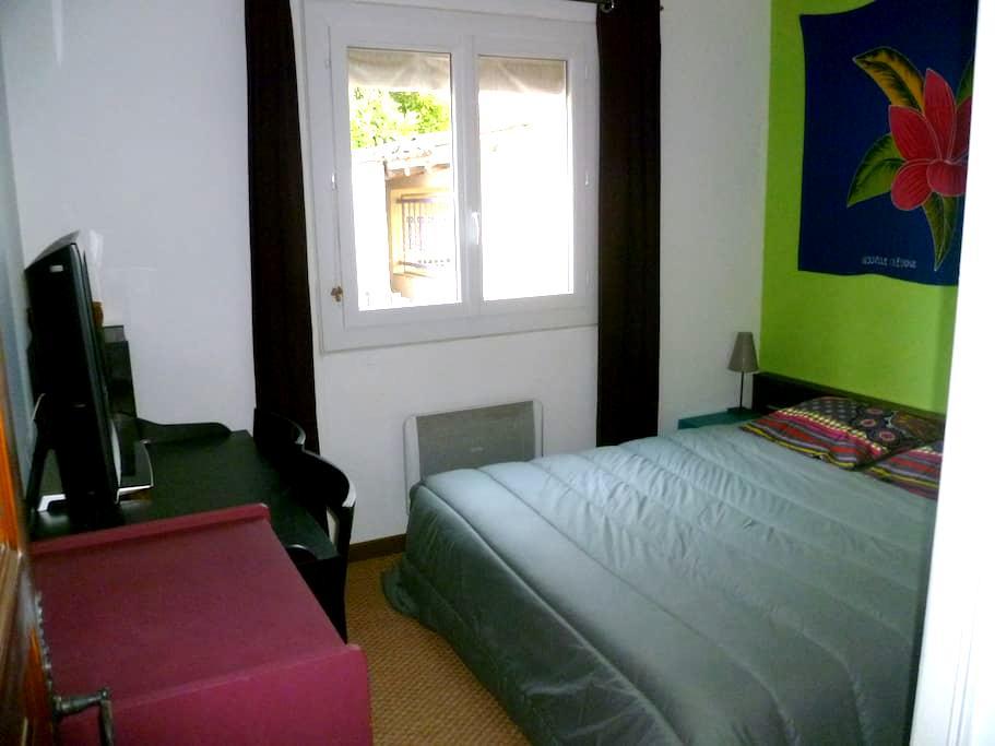 Chambre + petit déjeuner dans villa au calme - Lunel - Дом