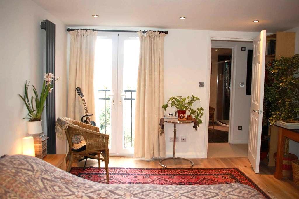 Artists Loft Space, Double Room + private ensuite - Harrow