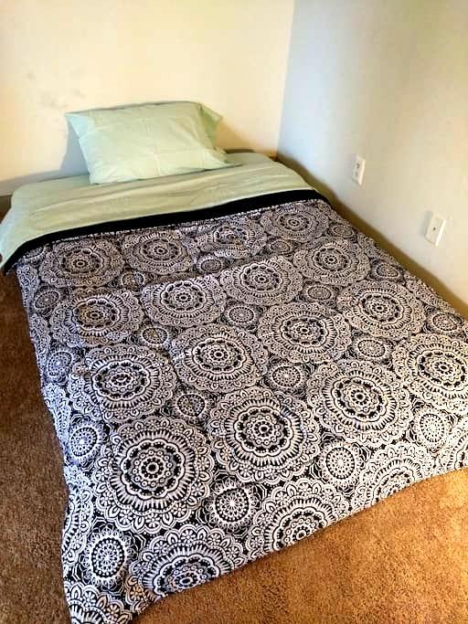 Real full mattress Laptop friendly Living room - Alpharetta - Daire