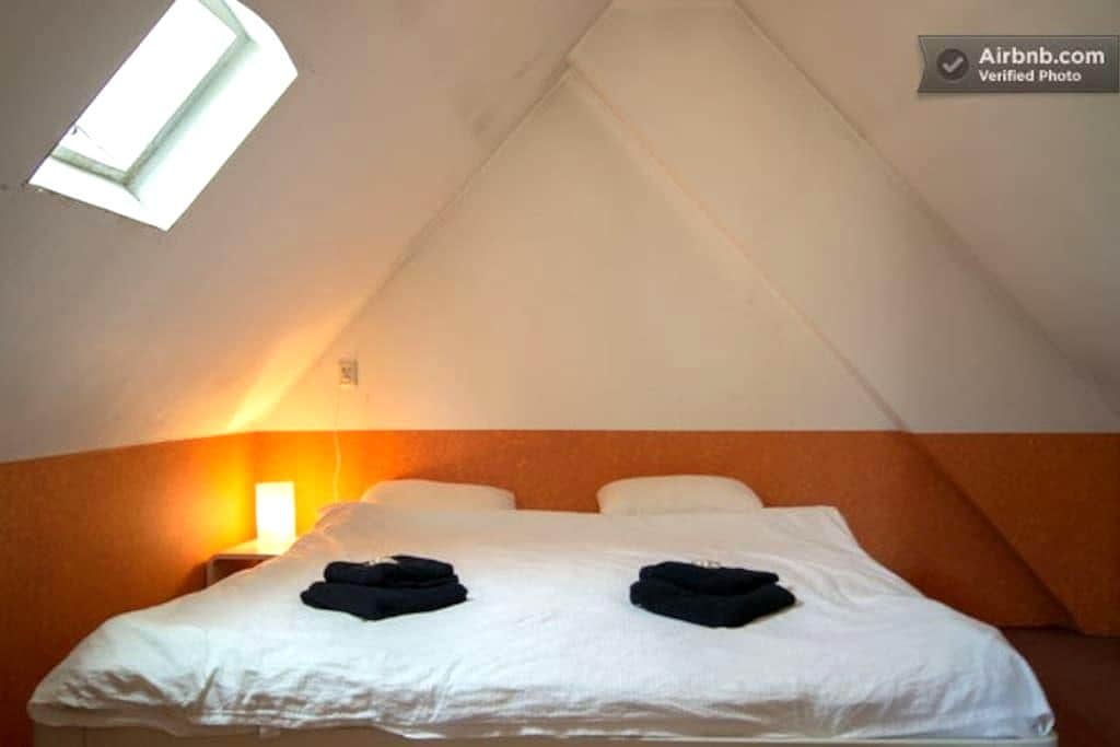 Double bedroom near Schiphol Wifi - Badhoevedorp - House