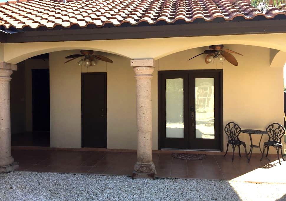 Guesthouse with Full Bathroom - Laredo - Haus