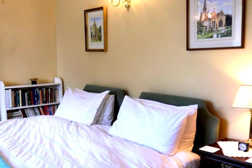 Super Kingsize Double Bedroom - Stratton Audley