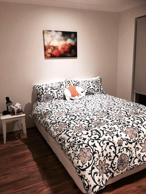 Kingsdown queen bed in modern family home - High Wycombe - Wohnung