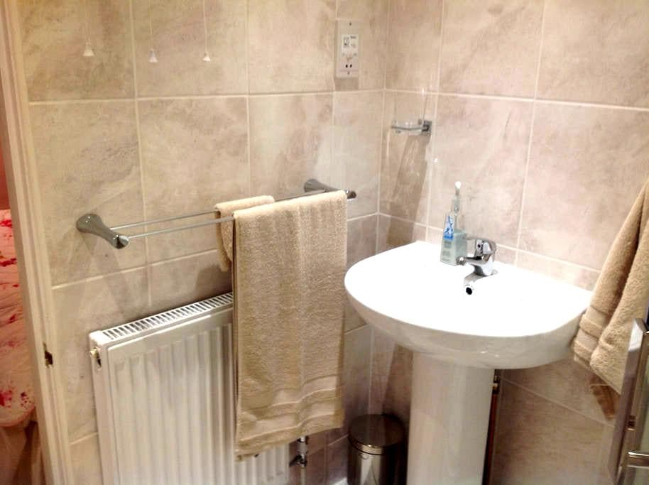 Ensuite double room. Parking. Railway + bus nearby - Hampshire - Casa